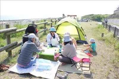 湘南海岸でピクニックを楽しむ