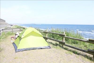 海岸でワンタッチテントを張る