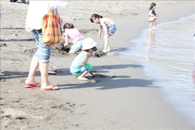 波打ち際で遊ぶ幼児