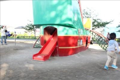 船の遊具と滑り台