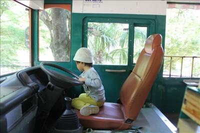 コアラバスの運転席で遊ぶ3歳児