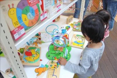 ギフトショップのおもちゃコーナー