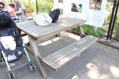 コアラバスの隣のあるテーブルベンチ