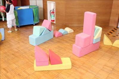 屋内遊び場にある幼児用の積み木
