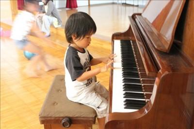 こどもの杜屋内にあるピアノを弾くペン太