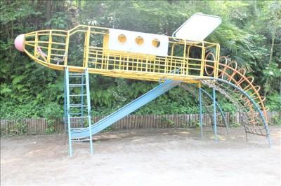 ロケット型の運転席のある遊具