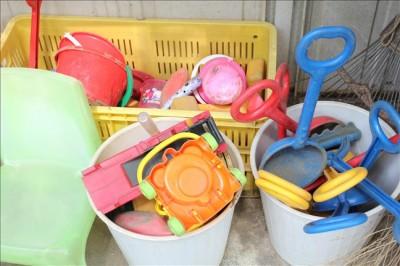 お砂場には無料で借りられる玩具がたくさんあります