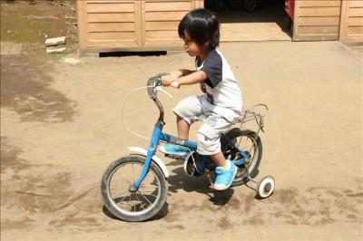無料で借りた自転車で遊ぶ3歳の息子