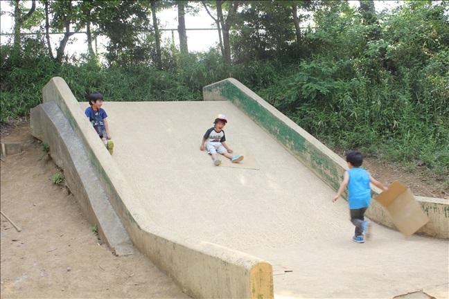 こどもの杜のジャンボ滑り台で遊ぶ子供たち