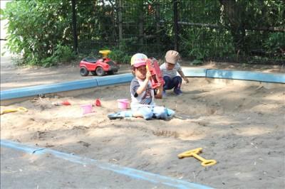 こどもの杜のお砂場で遊ぶ幼児の姿