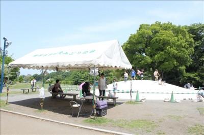うわふわドーム横の屋根付きベンチ