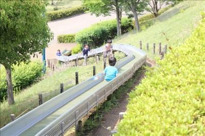 中間地点にある2基目のロングローラー滑り台を滑る3歳児