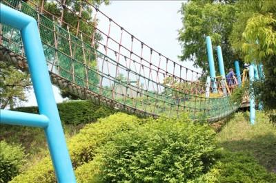 アスレチックコーナーのロープネットのつり橋