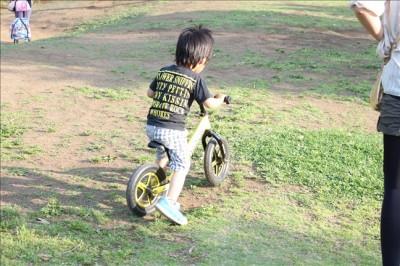 ストライダーの練習に励む3歳児