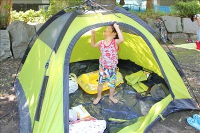 せせらぎの横にテントを張ってくつろぐ