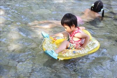 じゃぶじゃぶ池ではミニボートが活躍