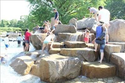 たくさんの子供達で賑わうじゃぶじゃぶ池