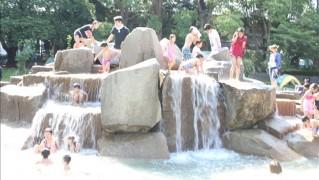 平塚総合公園の噴水場で水遊び