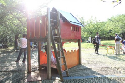 遊具広場の小さな木のハウス