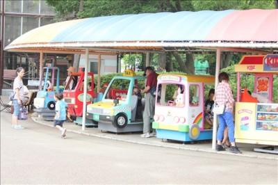 平塚ふれあい動物園内にある乗り物で遊ぶ子供たち