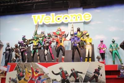 映画村2Fのヒーローフィギュアが並ぶ