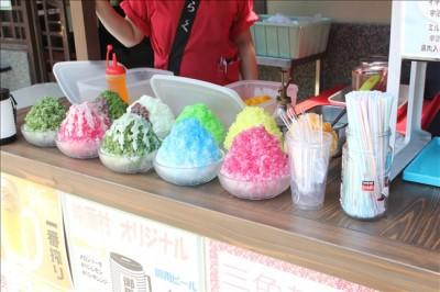 売店で販売している色々な種類のカキ氷