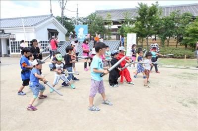 あおぞら忍者教室で剣を習う子供たち