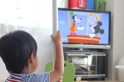 ミッキーマウスクラブハウスを部屋で見る3歳の息子