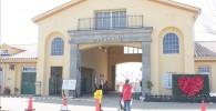 ソレイユの丘の入り口の門を通過する親子の姿