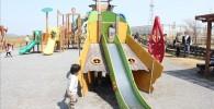滑り台で遊ぶ3歳の息子のペン太