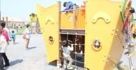 船の遊具で遊ぶ子供たち