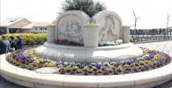 遊歩道の真ん中にある大きな花壇とお花