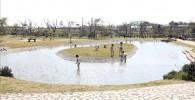 ソレイユの丘のじゃぶじゃぶ池で子供達が遊んでいる光景