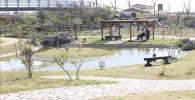 じゃぶじゃぶ池と横にある木製のパーゴラとベンチ