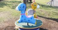 動かない青いキリンさんと黄色いキリンさんの乗り物