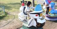 動かない白バイの乗り物に乗る3歳児
