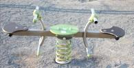 遊具広場にあるバネ式のミニシーソー