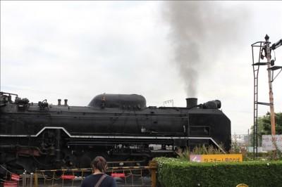 黒い煙を煙突から出している本物の蒸気機関車