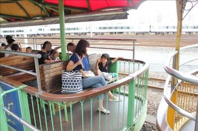 園内を走行するSLの客席の風景
