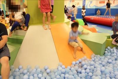 ボールプールのミニ滑り台