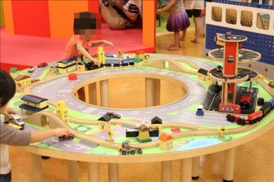 木のレールの玩具で遊べるキッズコーナー