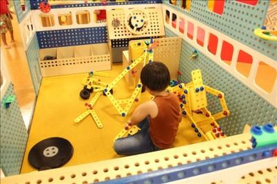 スパナやドライバーと使って組み立てる玩具