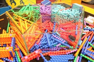 カラフルな棒を重ねて組み立てる知育玩具