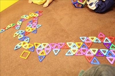 磁石でくっつく立体パズルで遊ぶ