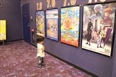 港北イオンシネマ通路のポスターを見ている2歳のペン太