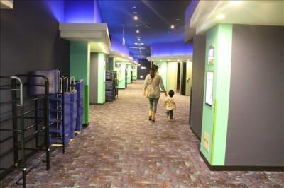 映画館の通路を親子で歩く後ろ姿