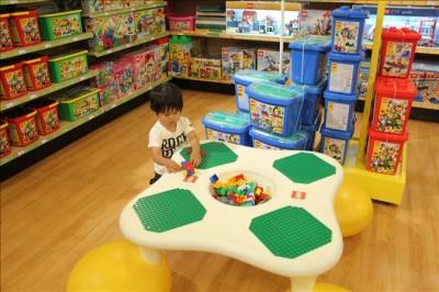 トイザラスのレゴブロックコーナーで遊ぶ2歳児