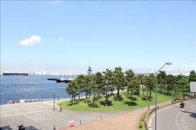 万葉倶楽部の海側の公園