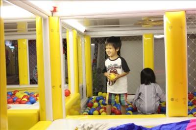 キッズルームのボールプールで遊ぶ子供たち