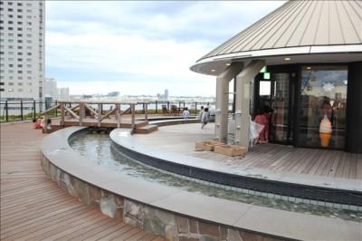 屋外の足湯の広場の昼の風景